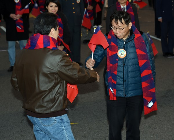 Taipei Mayor Ko Wen-je and Taiwan President Ma Ying-jeou shake hands on January 1 2015